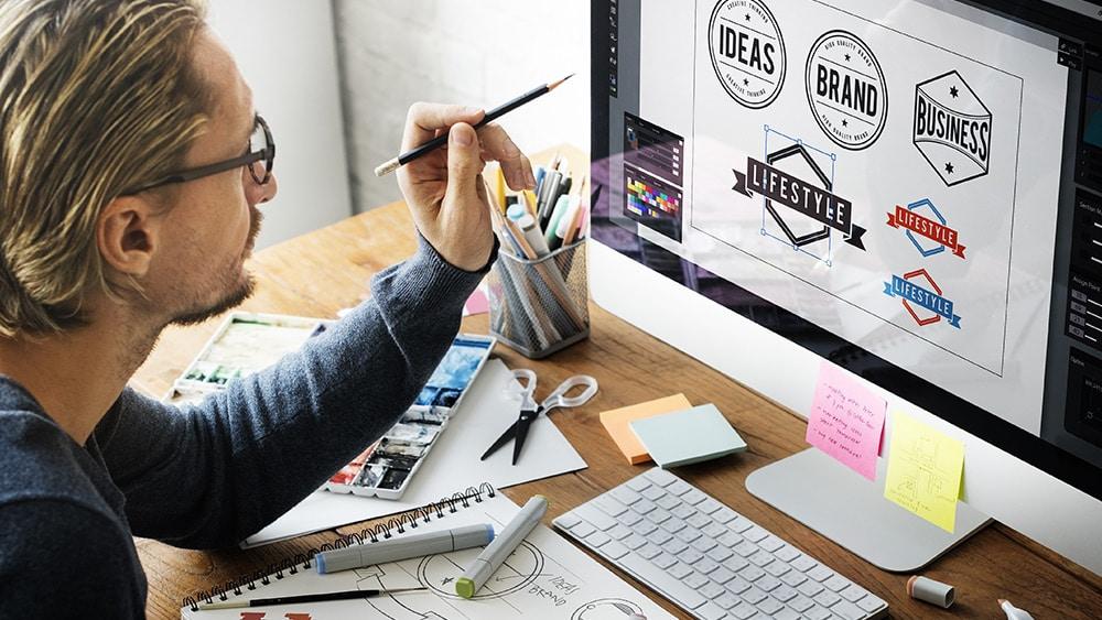 徽标设计师在计算机上工作