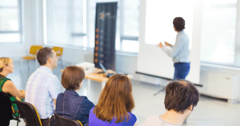 apresentação do workshop de estratégia de marca na tela suspensa